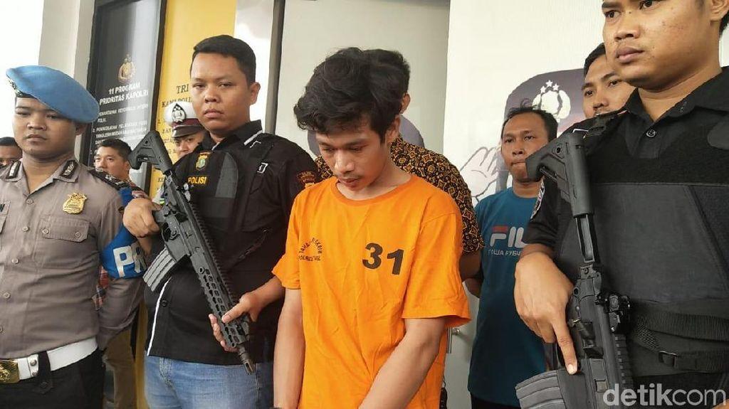 Potret Adi Saputra Pembanting Motor Berbaju Tahanan dan Cium Tangan Polisi