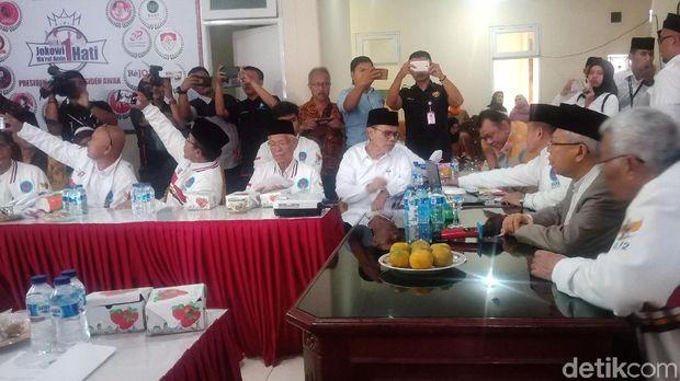 Cawapres Ma'ruf Amin bertemu relawan di Padang, Sumbar, Jumat (8/2/2019)