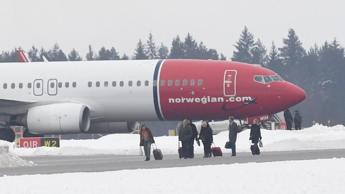 A Norwegian Air Shuttle plane is seen on the tarmac of the Arlanda airport, outside Stockholm, Sweden February 7, 2019. TT News Agency/Jonas Ekstromer via REUTERS   ATTENTION EDITORS - THIS IMAGE WAS PROVIDED BY A THIRD PARTY. SWEDEN OUT. NO COMMERCIAL OR EDITORIAL SALES IN SWEDEN.