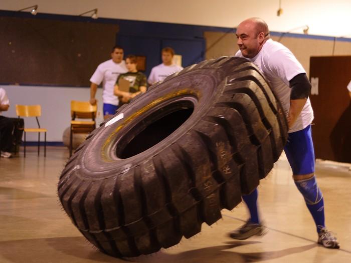 Dikutip dari Mens Health, aktivitas membalikan membanting ban (tyre flipping) ini bisa dibilang sebagai latihan beban yang efektif. (Foto: Michelle Tribe/Wikimedia Common)