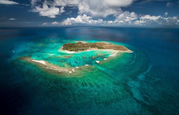 Necker Island di Karibia, pulau privat yang eksotis punya miliuner asal Inggris, Richard Branson disewakan untuk turis. Pulaunya bisa menampung 34 tamu dengan harga per malam 70 ribu Euro atau setara Rp 1,1 M. Kalau punya gaji seperti Messi, bisa bermalam sepuasnya (Necker Island/Facebook)