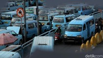 Terlalu! Pemotor Terobos Rambu di Terminal Kampung Melayu