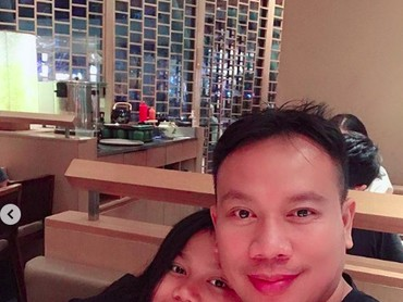 Kali ini wefie dengan kakak Cinta, kompak nih pakai baju berwarna hitam. (Foto: Instagram @vickyprasetyo777)
