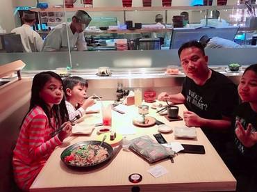 Dari pernikahan sebelumnyaVicky Prasetyo dikaruniai tiga anak, Cinta Kana, Naira Mano, Al Karim Benzema. (Foto: Instagram @vickyprasetyo777)