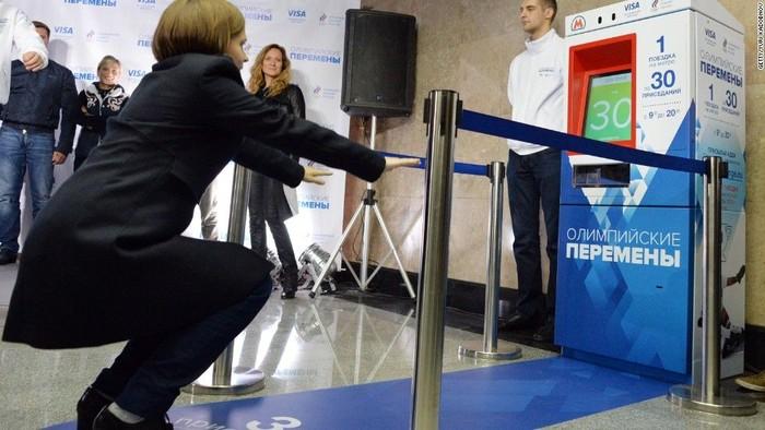 Terpasang sensor pada alat yang dapat merekam gerakan penggunanya. Tiket kereta bisa ditukarkan dengan 30 kali gerakan squat. (Foto: Jarrett Bellini/CNN)