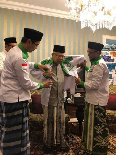 Forum Santri Indonesia memberi seragam kepada Ma'ruf Amin. Timbal baliknya, mereka juga mendapatkan serban dari Ma'ruf Amin