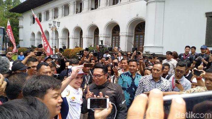 Marc Marquez dan Ridwan Kamil. (Foto: Mukhlis Dinillah/detikcom)