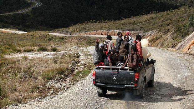 Jalan Trans Papua membuat masyarakat di pedalaman tak perlu lagi merogoh kocek lebih dalam untuk mengangkut barang dengan pesawat