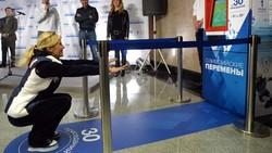 Di beberapa stasiun kereta terpasang mesin yang memberikan calon penumpang tiket gratis. Syaratnya tapi mereka harus squat beberapa kali terlebih dahulu.