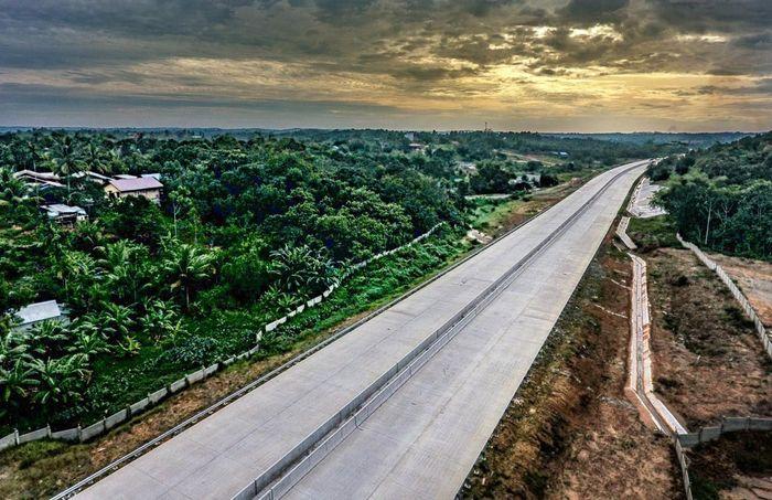Jalan tol Balikpapan-Samarinda terdiri atas lima seksi, yaitu Seksi I Balikpapan-Samboja sepanjang 22,03 km, Seksi II Samboja-Muara Jawa dengan panjang 30,98km, Seksi III Muara Jawa-Palaran sepanjang 17,50 km, Seksi IV Palaran-Samarinda dengan panjang 17,95 km, Seksi V Balikpapan-Bandara Sepinggan sepanjang 11,09. Istimewa/PT Wijaya Karya.