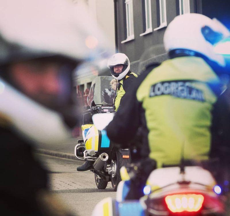 Islandia tidak mempunyai satuan militer, hanya kepolisian saja yang bernama Logreglan. Menariknya lewat Instagram dengan nama akun @logreglan, kepolisan setempat memposting berbagai aktivitas polisi sehari-harinya (Instagram/logreglan)