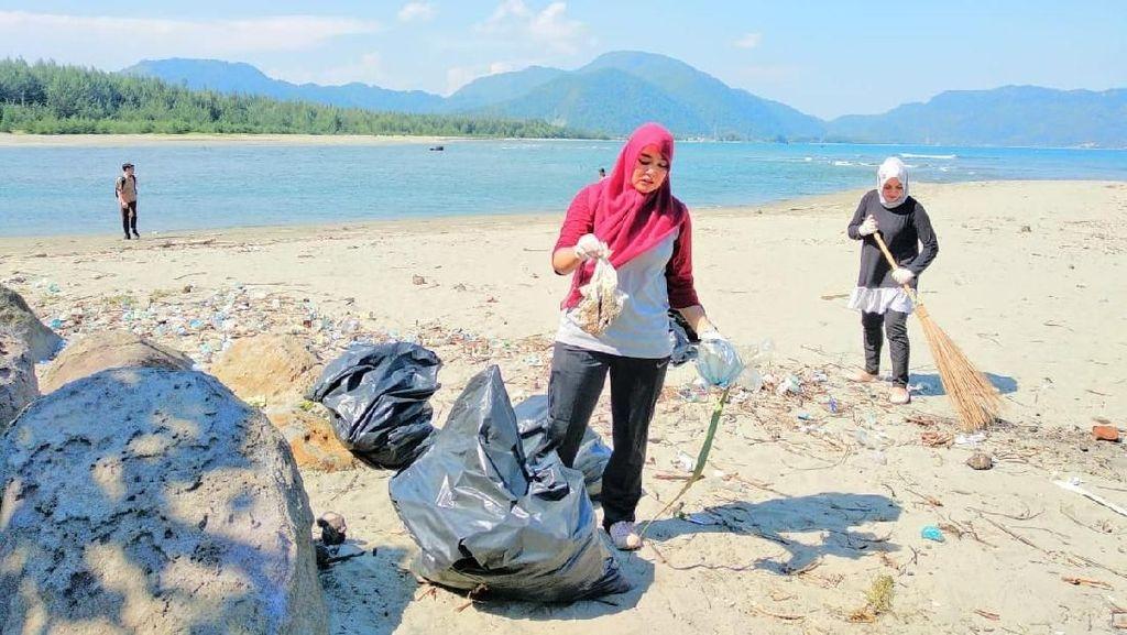Pantai di Banda Aceh Dipenuhi Sampah Sedotan Hingga Popok Bayi