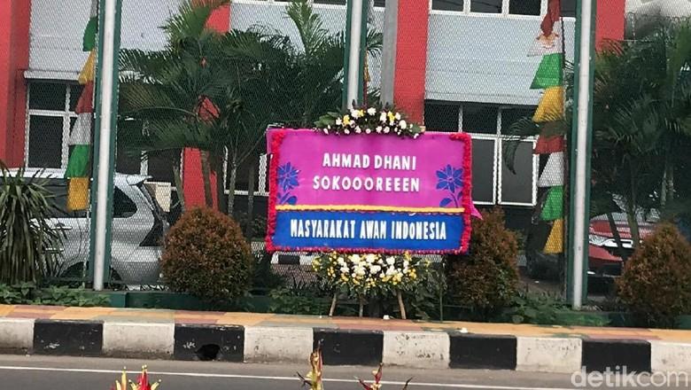 Ada Karangan Bunga di Depan Rutan Cipinang: Ahmad Dhani Sokoooreeen