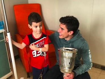 Marc Marquezsaat mengunjungi salah satu fans ciliknya di rumah sakit. So sweet ya, Bun. (Foto: Instagram/marcmarquez93)