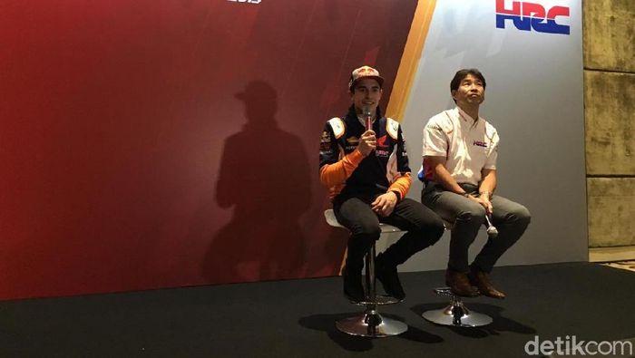 Marc Marquez memberikan masukan untuk para rider Astra Honda Racing Team musim ini. *Foto: Lucas Aditya/detikCom)