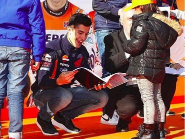 Lihat aja senyum bahagia saat Marc diberi hadiah sama fans ciliknya, girang banget! (Foto: Instagram/marcmarquez93)