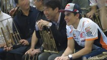 Hari Kedua Marquez di Bandung: Main Angklung dan Joget Bareng
