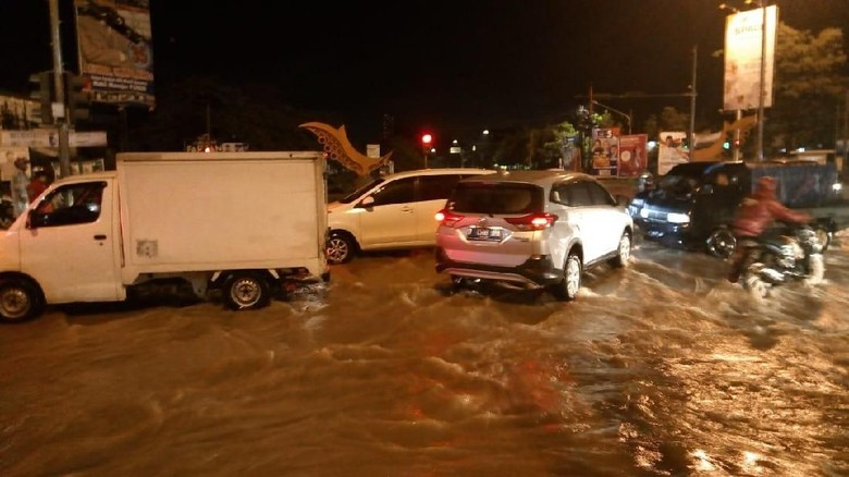 Banjir Juga Landa Gedebage Bandung, Lalin Macet
