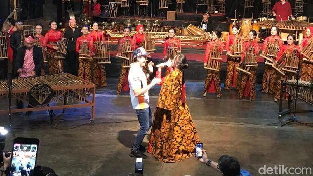 Hari Kedua Marquez di Bandung: Main Angkung dan Joget Bareng
