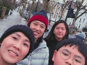Throwback saat liburan bersama Nathania, Daud dan saudaranya. Bunda Veronica justru yang inisiatif nih untuk foto wefie. (Foto: Instagram @nata.decoco17)