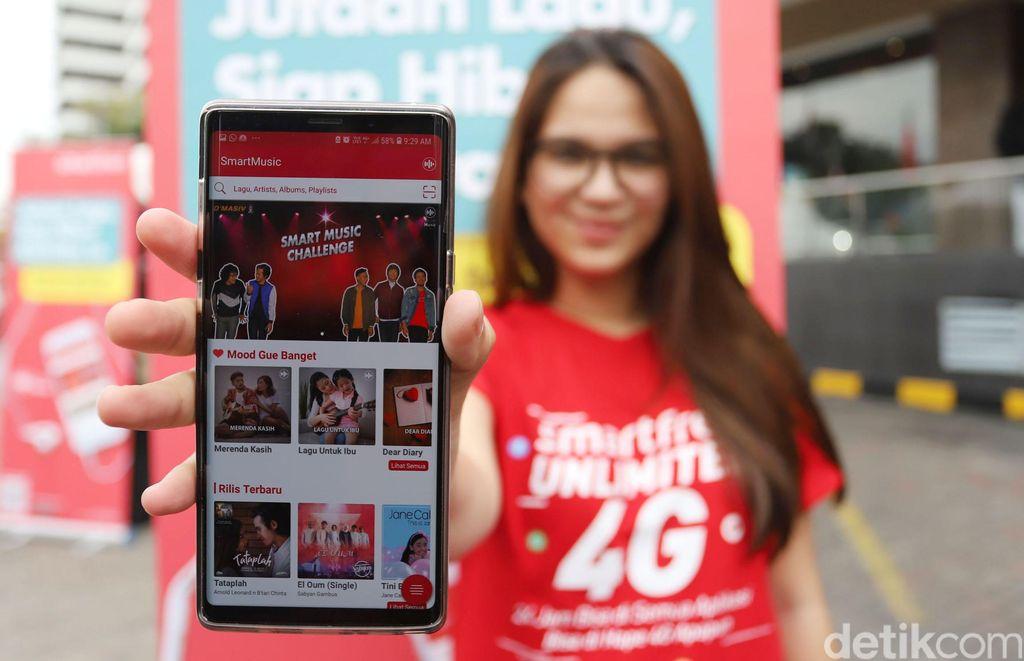 SmartMusic merupakan aplikasi asli lokal yang dihadirkan Smartfren bekerjasama dengan PT Melon Indonesia, untuk mendukung kemajuan industri kreatif khususnya bidang musik dalam negeri.