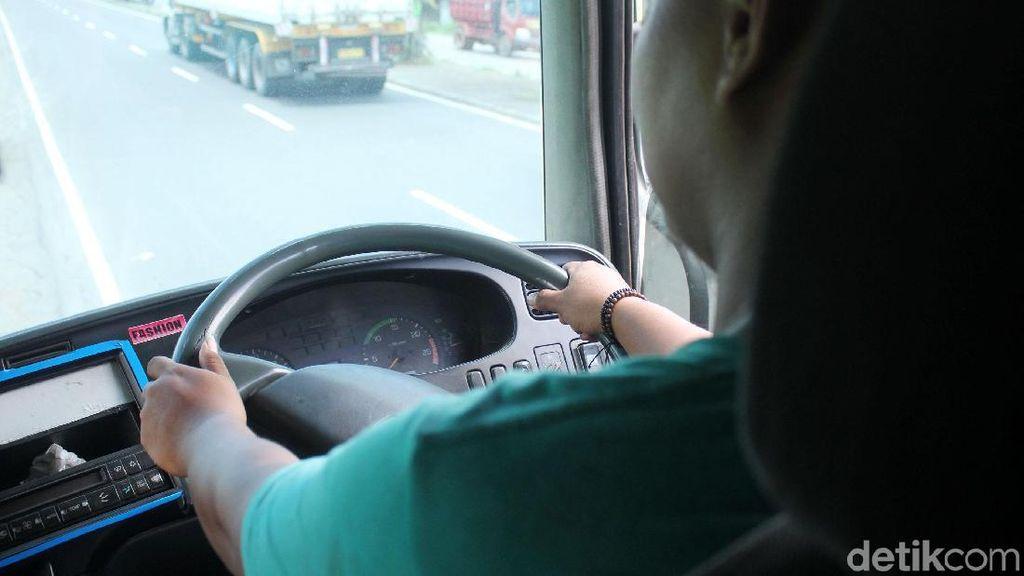 Sopir Truk di Negara Ini Dilarang Cuma Pakai Kaus dan Sarung