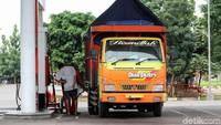Pengemudi truk tengah mengisi BBM di rest area Tol Trans Jawa.