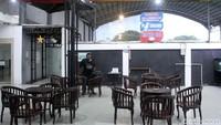 Ruang tunggu dan tempat istirahat kosong dari pengunjung.