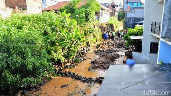 Bupati Bandung Sebut Tanggul Jebol di Pasirjati Salahi Aturan