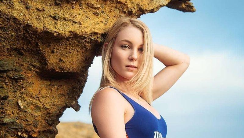 Gaya cantik Lisa di Laguna Beach, California. Gadis 25 tahun asal Kanada ini senang traveling dan berpose fit dan seksi (lisapeachy/Instagram)