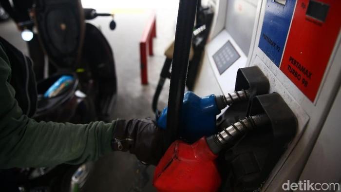 Pertamax Turun Harga  Pengedara mengisi Bahan Bakar Minyak kerndaraan mereka di SPBU CIkini, Jakarta, Minggu (10/2/2019).  PT Pertamina (Persero) secara resmi menurunkan harga BBM jenis Pertamax dari Rp10.200 menjadi Rp9.950 per liter pada Sabtu (9/2) kemarin. Grandyos Zafna/detikcom