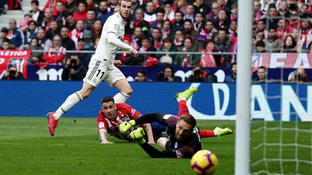 Gareth Bale membobol gawang Atletico Madrid usai menerima umpan Luka Modric.