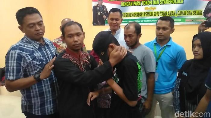 Siswa tantang guru minta maaf di kantor polisi. Foto: Deny Prastyo Utomo