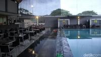 Tak hanya itu fasilitas kolam renang juga cukup memanjakan pelanggannya.