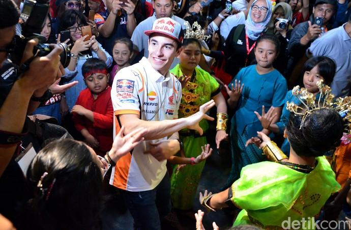Seru! Marquez Menari dan Main Angklung di Saung Mang Udjo