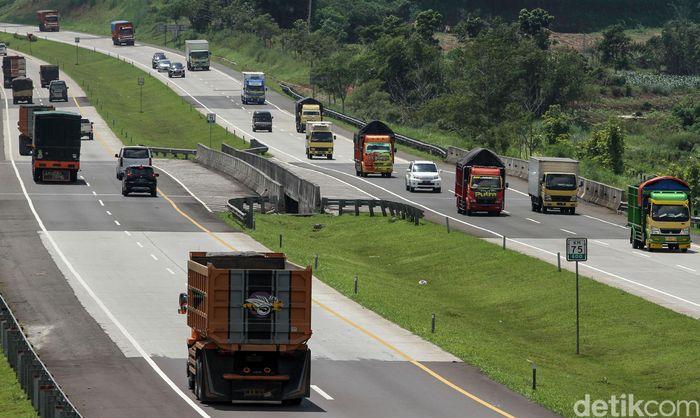 Para pengendara khususnya sopir truk melintas di Tol Trans Jawa.