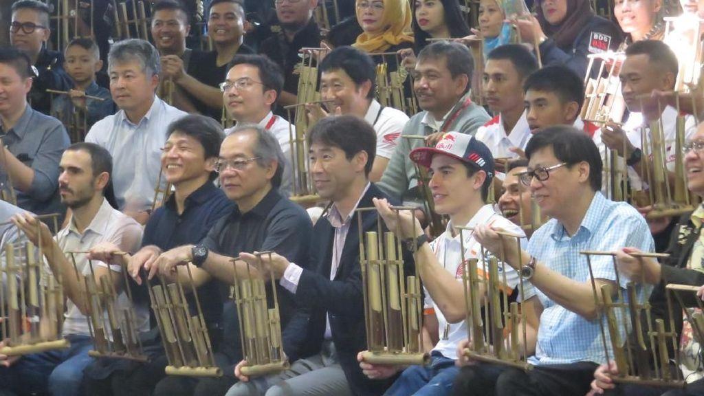 Senangnya Marc Marquez Main Angklung di Bandung