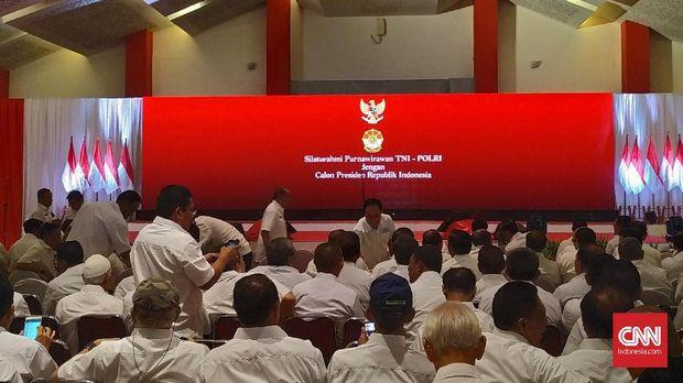 Ratusan purnawirawan TNI dan Polri menghadiri acara Silaturahmi dengan calon presiden nomor urut 01 Joko Widodo di Hall C Jakarta International Expo, Kemayoran, Jakarta, Minggu (10/2).