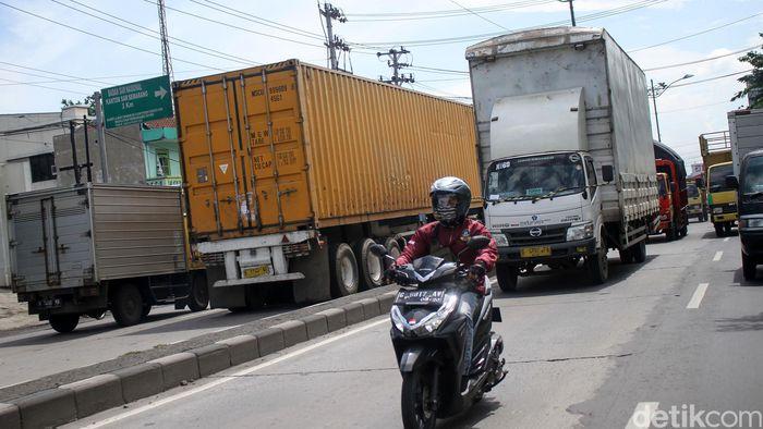 Kendaraan roda dua kerap menjadi salah satu rintangan bagi sopir truk di jalur Pantura.
