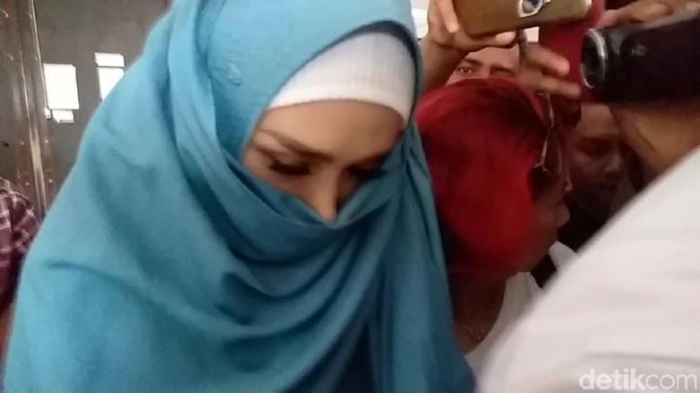 Mulan Jameela Tutupi Wajah Usai Jenguk Ahmad Dhani di Rutan Medaeng
