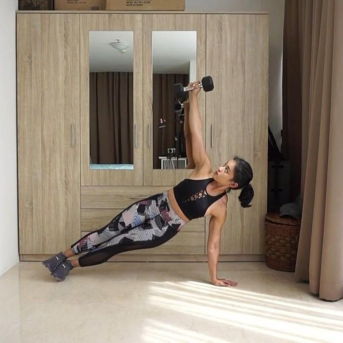 Diva ingin membuktikan bahwa olahraga tidak harus mahal. Enggak melulu di gym, dia juga sering membagikan video latihan di dalam kamar atau luar rumah semisal taman. (Foto: Instagram @petitedivaa, ditampilkan atas izin yang bersangkutan)