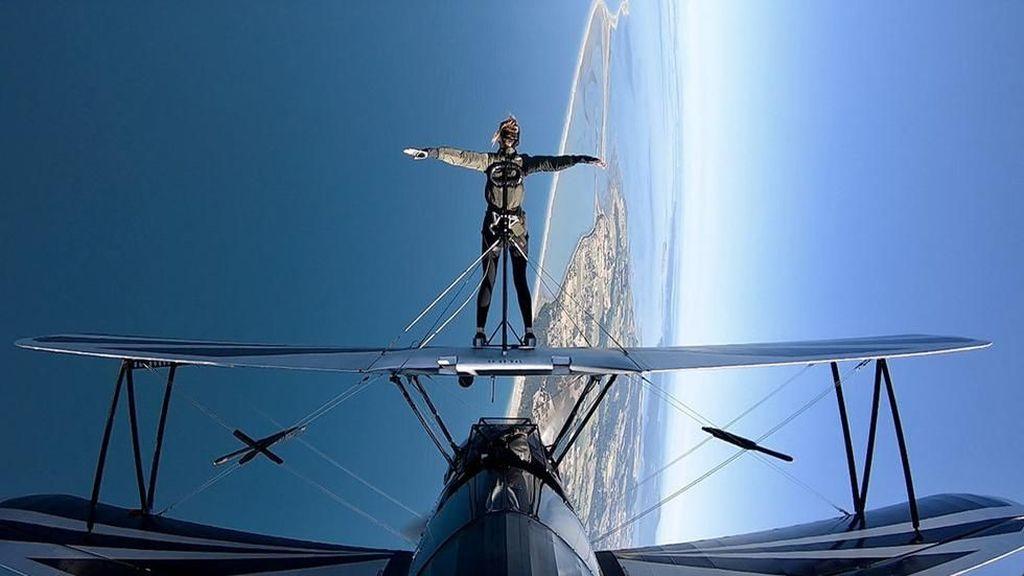 Ultah ke-50, Pramugari Ini Jalan di Atas Sayap Pesawat Terbang