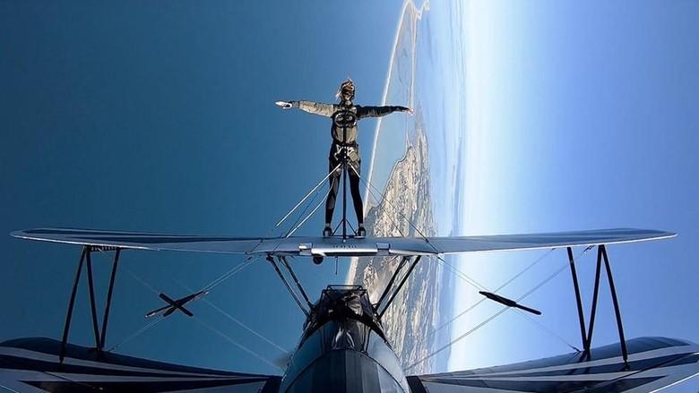 Seorang pramugari berjalan di atas sayap pesawat (United Airlines)