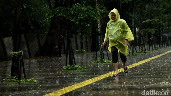 Pedestrian di kawasan Sudirman selau dipadati para pejalan kaki meski giguyur hujan. (Foto: Rifkianto Nugroho)