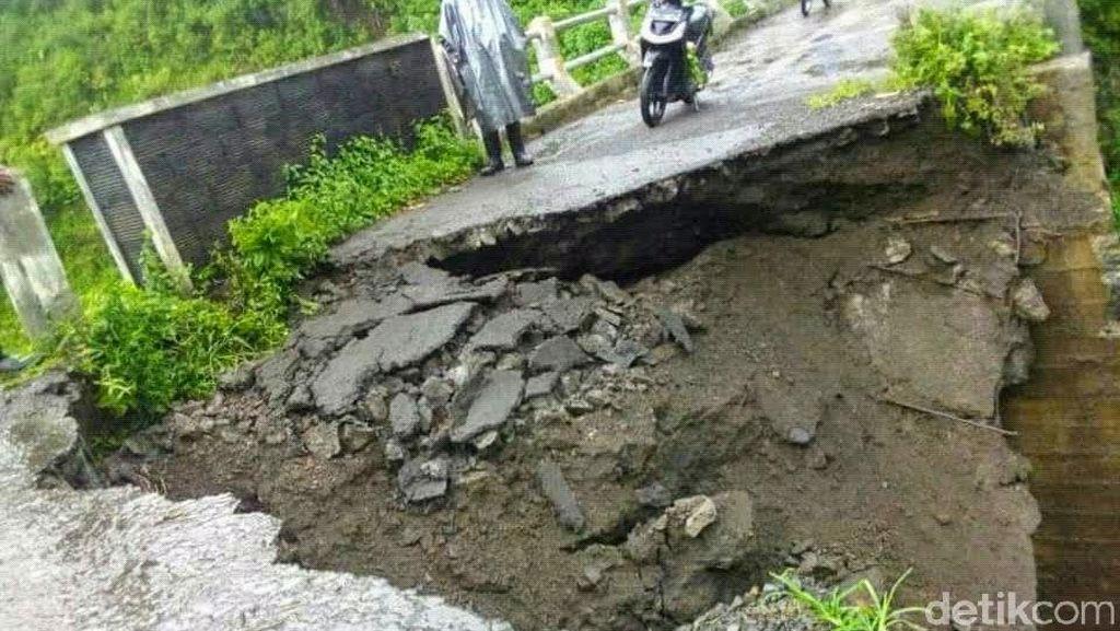 Plengsengan Jembatan Penghubung 2 Kecamatan di Bondowoso Amblas