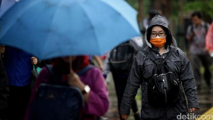 Pedestrian di kawasan Sudirman selau dipadati para pejalan kaki meski giguyur hujan. Begini penampakannya.