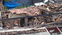 Dua Rumah di Lemahwungkuk Cirebon Ambruk Diterjang Hujan Lebat