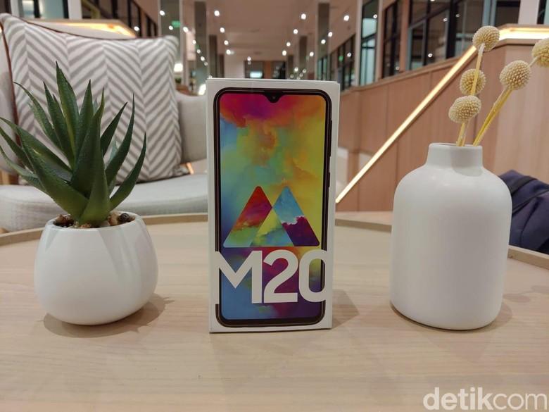 Samsung resmi memboyong Galaxy M20 ke Indonesia. Punya tagline#SobatAntiLowbat, ponsel ini punya baterai sampai 5.000 mAh.(Foto: detikINET/Muhamad Imron Rosyadi)