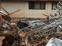 Tanggul Pasirjati Jebol, Mobil Tertimbun Material Rumah yang Ambruk