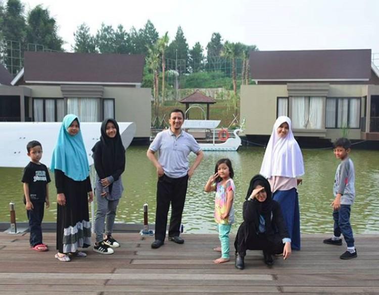 Yusuf Mansur bersama istrinya, Siti Maemunah dikaruniai lima anak, Wirda, Kun, Qumii, Haafidz dan Aisyah. Keluarga mereka selalu ramai dengan kehadiran lima buah hatinya.